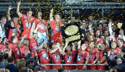 les-joueurs-de-toulon-brandissent-le-bouclier-de-brennus-apres-leur-victoire-en-finale-du-top-14-contre-castres-le-31-mai-2014-au-stade-de-france_4910889